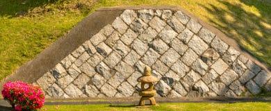 Blühender Bush und japanische Pagoden-Statue Lizenzfreies Stockbild
