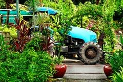 Blühender Garten mit blauem LKW auf dem Hintergrund Stockfoto