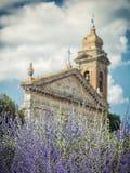 Blühender Lavendel im Hintergrund der alten Kirche lizenzfreie stockfotos
