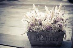 Blüht Blumenstrauß auf der Weinlesetabelle Lizenzfreie Stockbilder