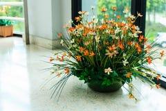 Blüht Blumenstrauß im Vase Stockfotos