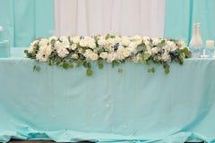 Blüht Dekoration auf Hochzeitstafel Stockfotos