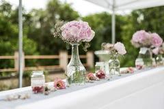 Blüht Einrichtung der Einstellungsdekoration im Freien für die Heirat mit Rosa farbiger Blume Lizenzfreie Stockfotografie