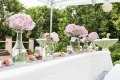 Blüht Einrichtung der Einstellungsdekoration im Freien für die Heirat mit Rosa farbiger Blume Stockfotografie
