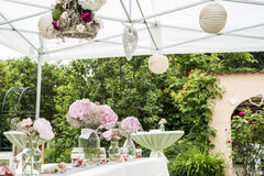 Blüht Einrichtung der Einstellungsdekoration im Freien für die Heirat mit Rosa farbiger Blume Stockbilder