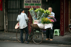 Blüht Straßenhändler an Hanoi-Stadt, Vietnam Lizenzfreie Stockfotos
