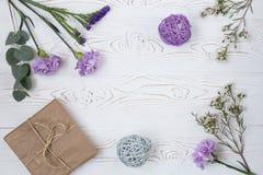 Blüht Zusammensetzung Arbeitsplatz mit Blumen, Geschenk Draufsicht, flache Lage Lizenzfreie Stockbilder