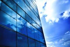 blått reflexionsskyfönster Arkivbild