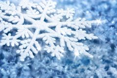 Blå bakgrund med is och en stor snöflinga Royaltyfri Bild