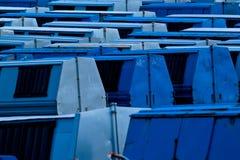 blå behållareavskräde Arkivfoton