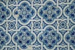 Bl? blom- modell som hand-m?las i barock stil p? keramiska tegelplattor royaltyfri fotografi