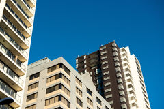 blå byggnadssky Arkivfoton