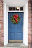 Blå dörr med julkransen Royaltyfri Bild