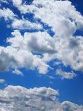 Blå himmel för pösiga tjocka moln Fotografering för Bildbyråer