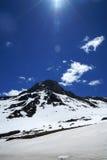 Blå himmel för snöberg Arkivbild