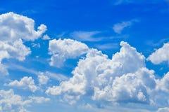 Blå himmel med moln Arkivfoto