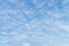 Bl? himmel med molnet i sommar Miljö- och naturbakgrund Bilden f?r tillfogar textmeddelandet Bakgrund f?r designkonstarbete arkivbild