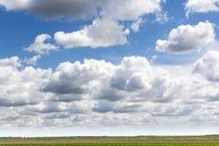 Bl? himmel och f?lt, himmelbakgrund med mycket sm? moln royaltyfri fotografi