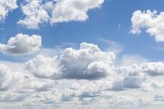 Bl? himmel och moln himmel, himmelbakgrund med mycket sm? moln arkivfoto