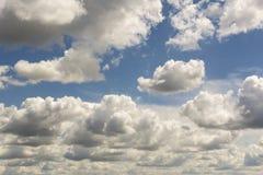 Bl? himmel och moln himmel, himmelbakgrund med mycket sm? moln fotografering för bildbyråer