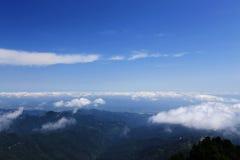 Blå himmel och moln i det Wudang berget, ett heligt land för berömd Taoist i Kina Arkivbilder