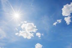 Blå himmel och molnet med den ljusa solstjärnan blossar bakgrund Arkivbild