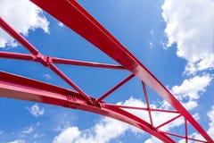Blå himmel och röd bro Arkivbild