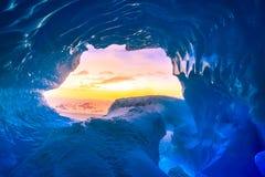 Blå isgrotta i Antarktis Arkivbilder