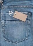 Blå jean med prislappen Arkivbilder