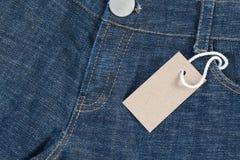 Blå jean med prislappen Arkivfoton