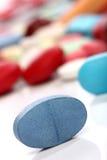 blå medicinpill Arkivbilder