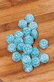 Blå mintkaramellgodis på träbrädet Arkivfoton