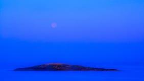 Blå moonset och soluppgång Arkivbilder