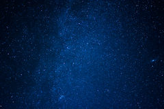 Blå mörk bakgrund av den stjärnklara himlen Arkivbild