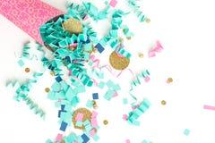 Blå och guld- konfettiberömbakgrund för rosa färger Arkivbilder
