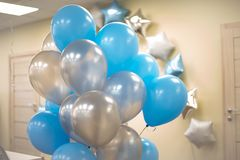 Bl?a och vita ballonger i kontoret Celebraty begrepp Backgound arkivfoto