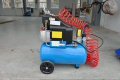 Blå pumpkompressor för tvättande bilar, inomhus svampar för flytande för cleaningbegreppsdishwashing Royaltyfri Bild
