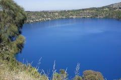 Blå sjö, montering Gambier, södra Australien Royaltyfri Foto
