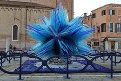 Bl? skulptur som g?ras av muranoexponeringsglas p? den Murano ?n royaltyfri fotografi