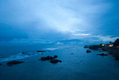 Blå solnedgång över hav Royaltyfria Bilder