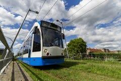 blå spårvagnwhite för alstom Arkivbilder