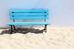 Blå träbänk på stranden Royaltyfria Foton