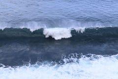 Bl?tt fl?shurtigt hav V?gorna av havformen mycket vitt skum royaltyfri foto