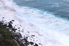 Bl?tt fl?shurtigt hav V?gorna av havformen mycket vitt skum royaltyfria bilder