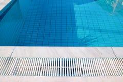 Bl?tt rivit s?nder vatten i simbass?ng i tropisk semesterort med kanten av trottoar Del av simbass?ngbottenbakgrund arkivfoton