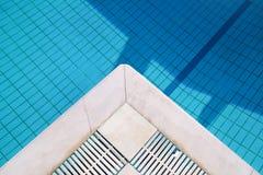 Bl?tt rivit s?nder vatten i simbass?ng i tropisk semesterort med kanten av trottoar Del av simbass?ngbottenbakgrund arkivfoto