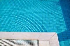 Bl?tt rivit s?nder vatten i simbass?ng i tropisk semesterort med kanten av trottoar Del av simbass?ngbottenbakgrund arkivbild