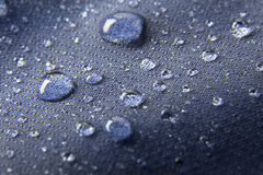Blå vattentät membrantextilbakgrund med droppar Royaltyfri Bild