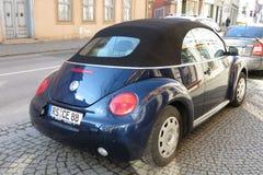 Blå Volkswagen New Beetle cabrio Arkivbilder
