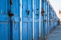 Blåa dörrar i essaouiraen, Marocko Royaltyfria Bilder